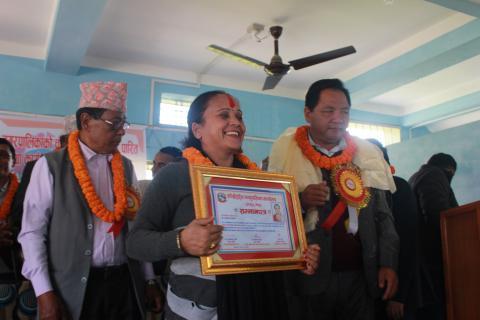 उत्कृष्ट कर्मचारीको रुपमा पुरस्कार र सम्मान पत्र ग्रहण गर्दै श्रीमती गितादेवी अधिकारी ।